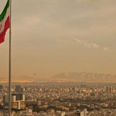 Десятки тысяч человек приняли участие в церемонии похорон жертв терактов в Тегеране