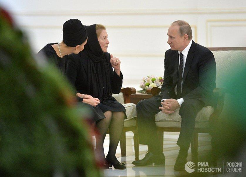 6 сентября Владимир Путин почтил память скончавшегося президента Узбекистана Ислама Каримова, российский лидер посетил Самарканд с частным визитом. После посещения могилы Каримова Путин выразил соболезнования его вдове и дочери.