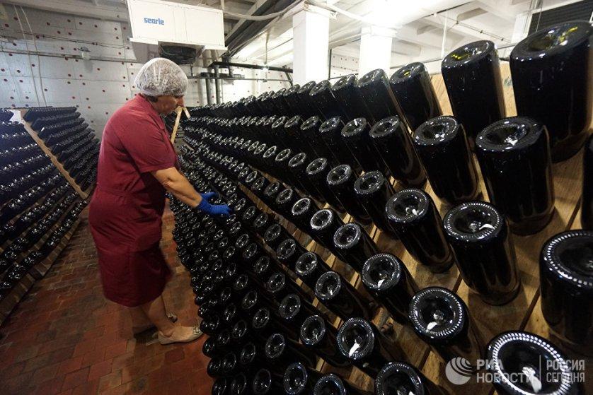 Вино зреет от нескольких дней до нескольких лет, в зависимости от сорта винограда и от желаемого результата, при определенной температуре. Затем его разливают в бутылки.
