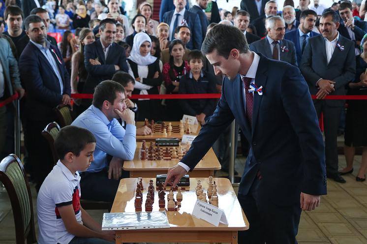 Первый ингушский гроссмейтер Эрнесто Инаркиев проводит сеанс одновременной игры