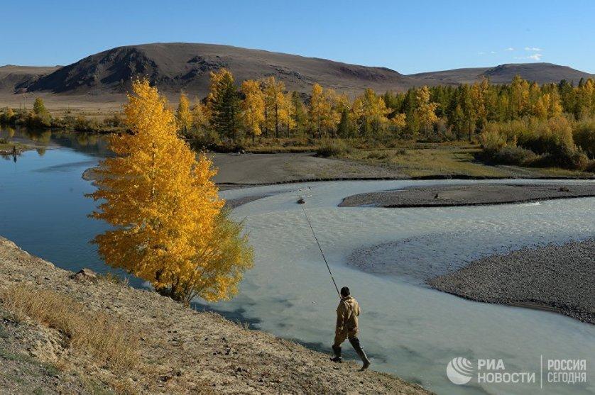 Мужчина ловит рыбу на слиянии рек Чаганузун и Чуя.