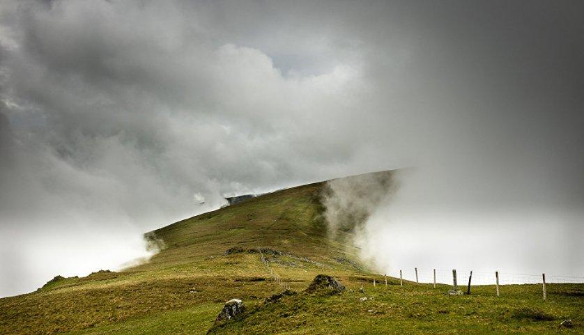 Стив М. Смит сфотографировал облака, которые опустились очень низко и окружили зеленые холмы в Северном Уэльсе.