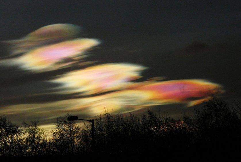 Алан Тот снял облака в полярном сиянии. Явление возникло из-за аномально низких температур в конце января 2016 года.