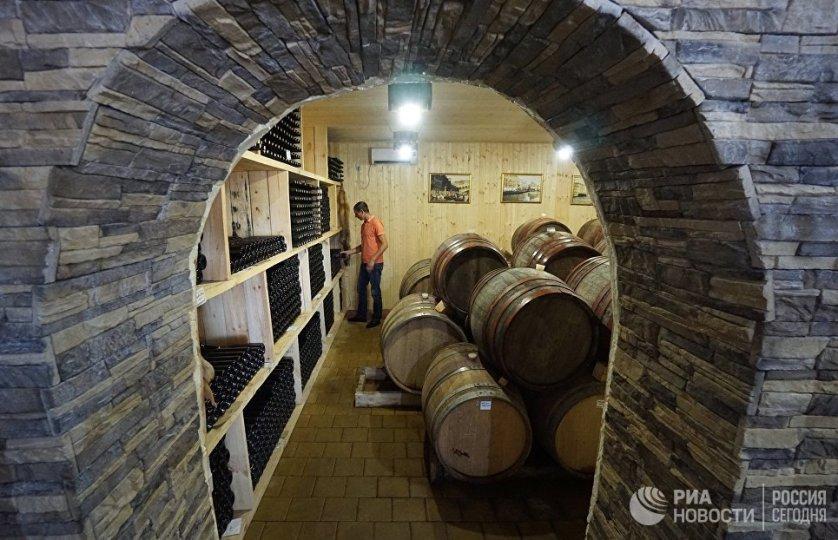 Хранится вино в специальных подвалах при определенной температуре.