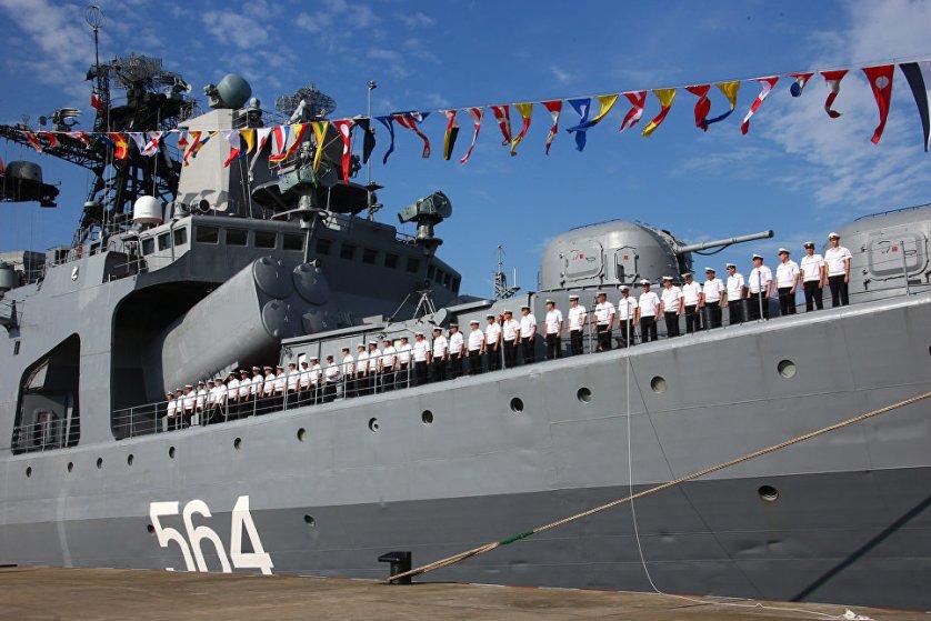 """В общей сложности большой противолодочный корабль (БПК) """"Адмирал Трибуц"""" и эсминец """"Гуанчжоу"""" посетили 400 военнослужащих."""