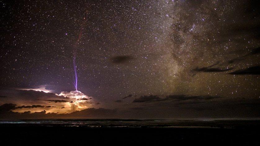 """В категории """"Старше 16 лет"""" победил Бен Черри, который сфотографировал молнию в Пунта-Банко, небольшой деревне на тихоокеанском побережье Коста-Рики."""