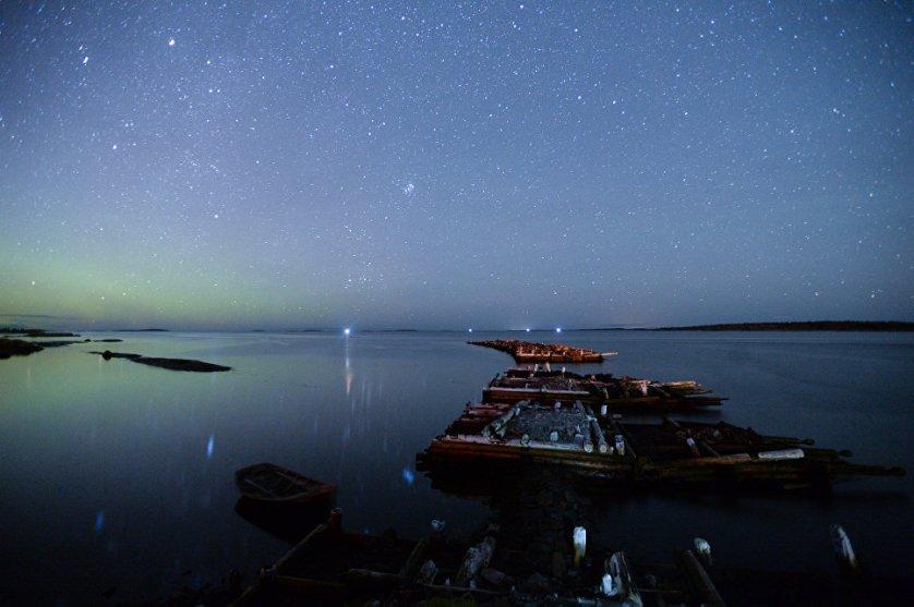 Северное сияние на берегу Белого моря. Кемь, поселок Рабочеостровск.