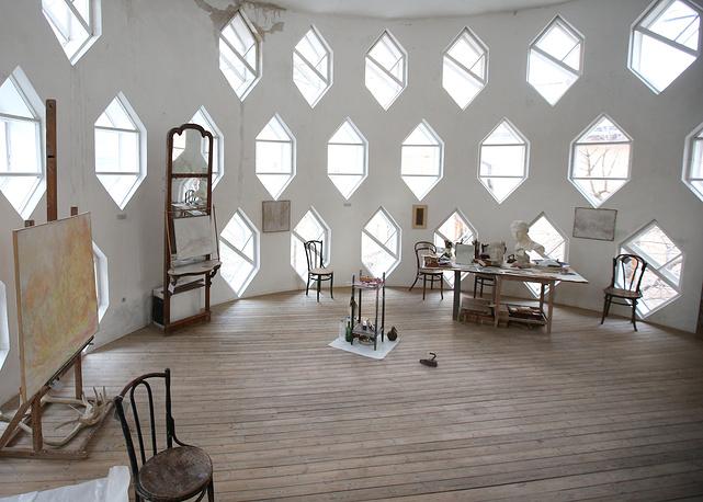 MOSCOW, RUSSIA. DECEMBER 2, 2014. Inside the main studio of the cylindrical Melnikov House with iconic hexagonal windows in central Moscow. Built in the 1920s, the Melnikov House is a masterpiece of the Russian avant-garde architecture. Vyacheslav Prokofyev/TASS Ðîññèÿ. Ìîñêâà. 2 äåêàáðÿ. Ãëàâíàÿ ìàñòåðñêàÿ â ýêñïåðèìåíòàëüíîì äîìå-ìàñòåðñêîé Êîíñòàíòèíà Ìåëüíèêîâà. Âÿ÷åñëàâ Ïðîêîôüåâ/ÒÀÑÑ