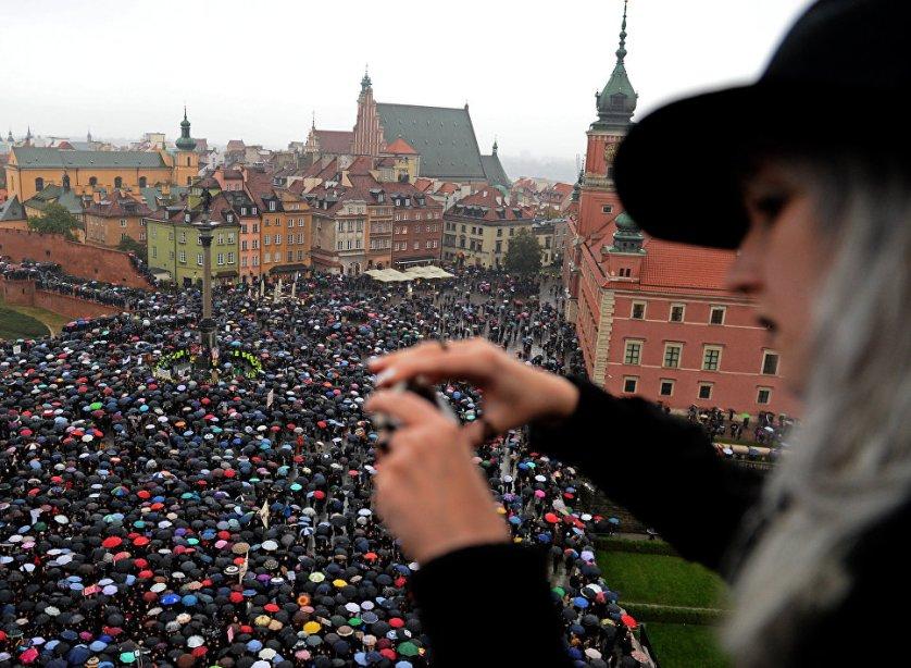Не менее 98 тысяч человек приняли участие в акциях протеста против ужесточения законодательства об абортах, которые прошли в понедельник по всей Польше. В акции протеста в Варшаве, по официальным данным, приняли участие 17 тысяч человек.