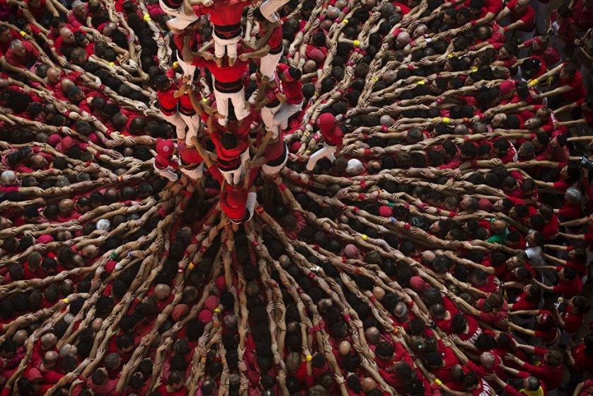 Каждый год в начале октября в Таррагоне проходят соревнования кастельеров – одно из самых значимых событий в Испании. Его суть заключается в том, что из человеческих тел строятся высокие башни различной конфигурации.