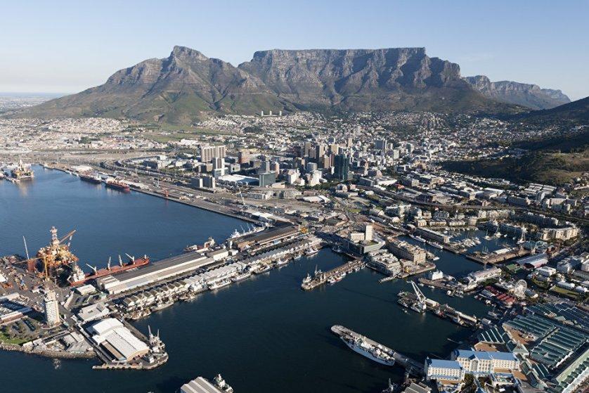 Кейптаун – красивейший город Южной Африки. С одной стороны он украшен величественными горами, с другой омывается водами Атлантического океана. Побережье Кейптауна считается одним из лучших для пляжного отдыха в Южной Африке. Помимо природных красот в городе немало интересных достопримечательностей.