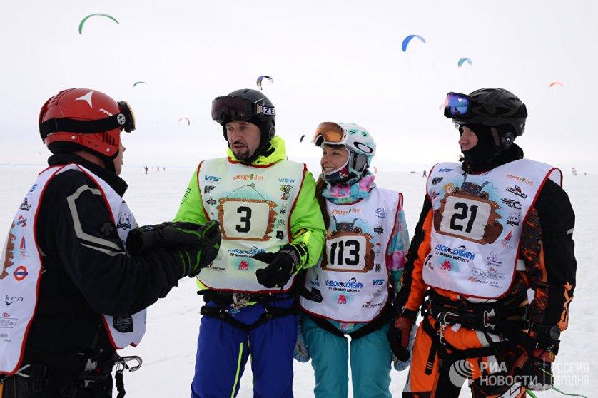 Спортсмены перед стартом гонки в дисциплине курс-рейс в рамках кубка Сибири по зимнему кайтингу на льду водохранилища Новосибирской ГЭС.