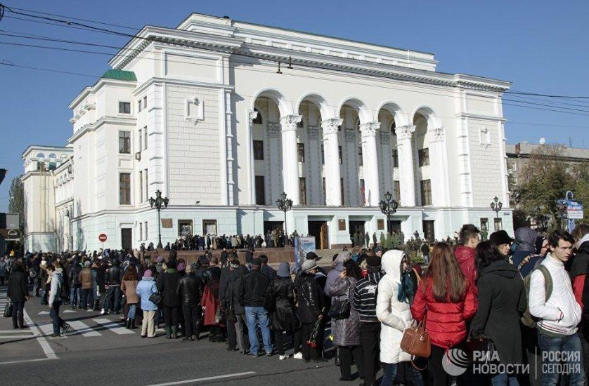 У здания оперного театра собралась очередь из нескольких тысяч человек, люди приходят с цветами и выстраиваются возле входа.
