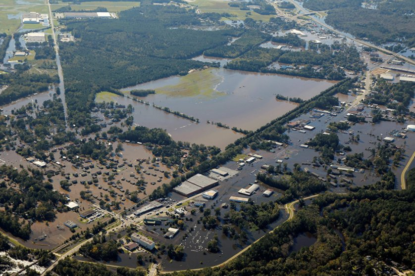 """Ураган """"Мэтью"""" ослаб в воскресенье до уровня тропического циклона, но в целом ряде районов юго-восточного побережья США сохраняется угроза наводнений."""