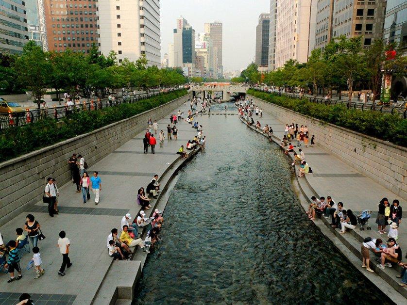 Сеул – столицу Республики Корея – многие называют городом будущего. Современные небоскребы, модные автомобили и дорогие магазины здесь гармонично сочетаются с традиционными корейскими зданиями. Город расположен на берегах реки Ханган.
