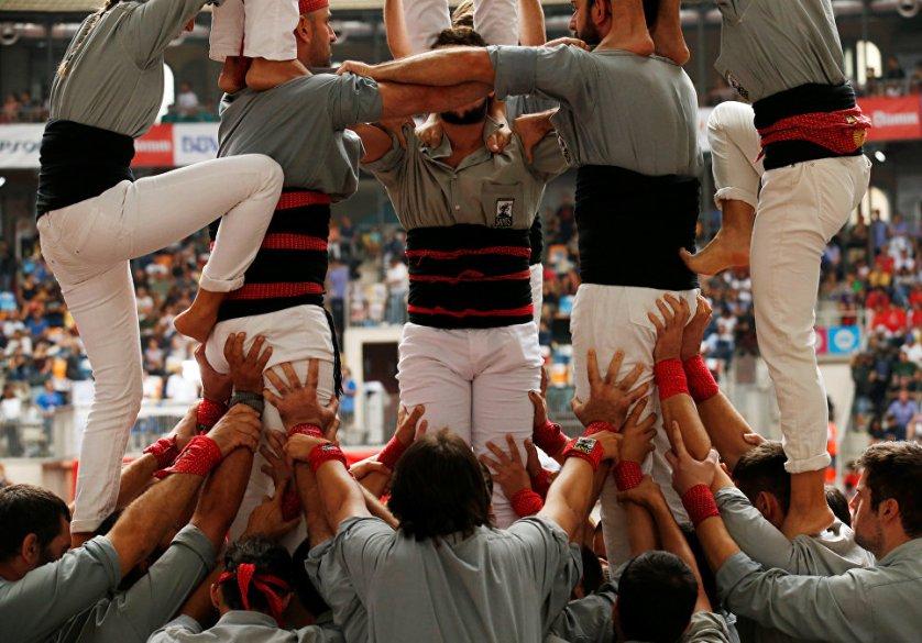 Далее взбираются более легкие участники, верхние этажи, в основном, формируются из стройных девушек. А на верхушку отправляются проворные детишки. Кстати, дети, участвующие в этом соревновании, обязательно должны быть в шлемах.
