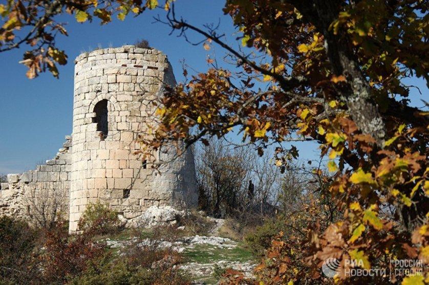 На мысе Кале-Бурун (Бурун-Кая) в VI-VIII веках стояли оборонительные укрепления, под стенами которых располагалось поселение. С вершины скалы открывается незабываемый вид на каньон и долину реки Кача.