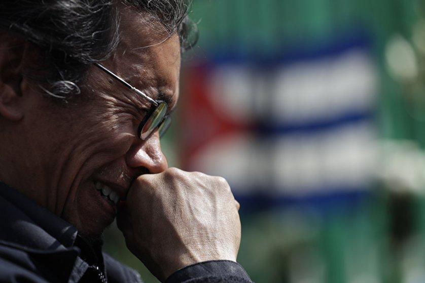 Жители Мехико, пришедшие к посольству Кубы, не сдерживают своих эмоций.