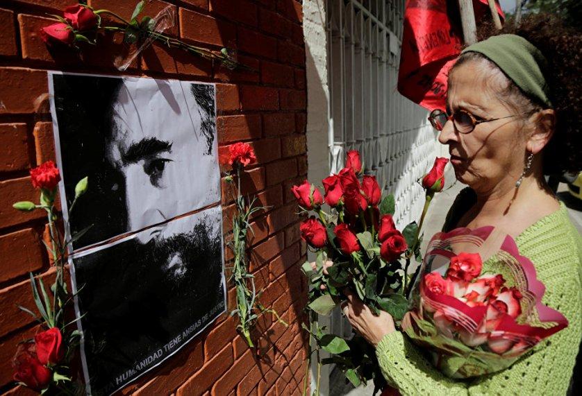 Жители Гватемалы несут цветы к посольству Кубы в память о Фиделе Кастро.
