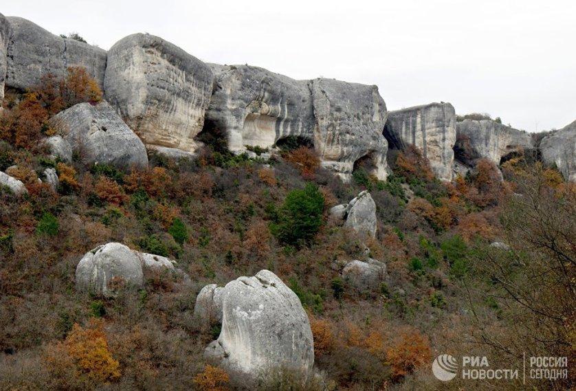 Пещерный город Эски-Кермен расположен на высоте 300 метров над уровнем моря. В этом бывшем населенном пункте на площади 8,5 гектаров, исследователи насчитывают более 300 пещер.