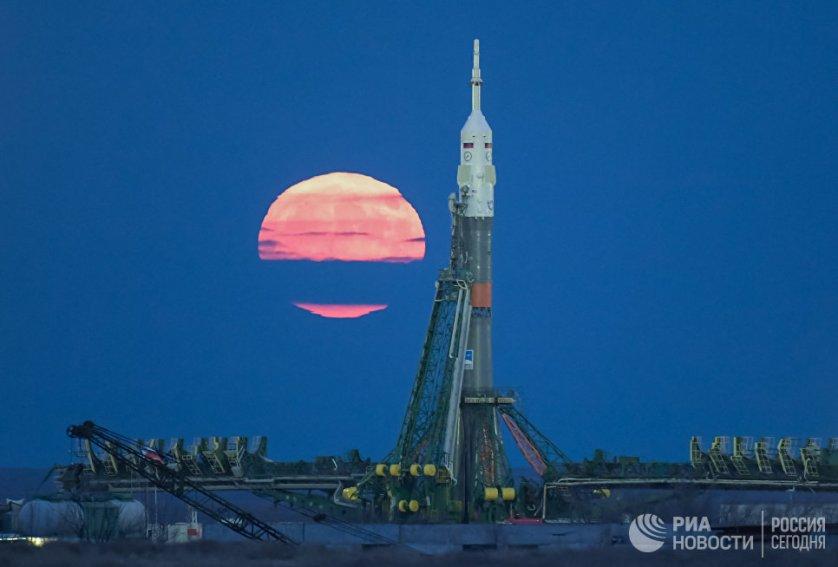 "Луна над космодромом ""Байконур""."
