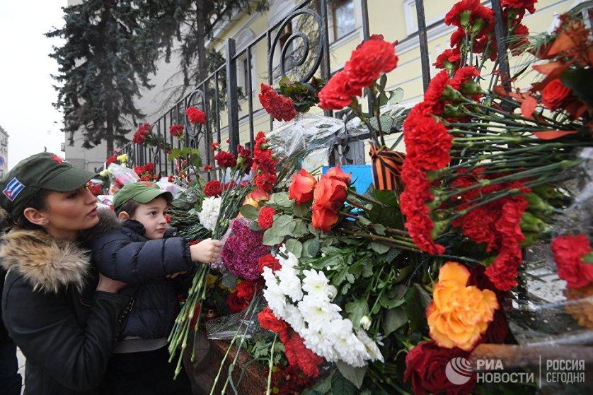 Москвичи несут цветы к посольству Кубы.