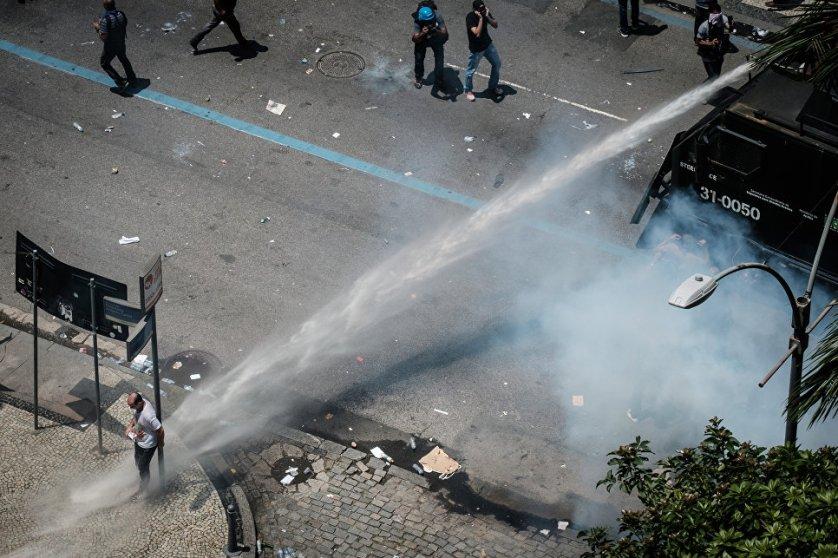 В Рио-де-Жанейро проходят протесты против планируемых властями страны сокращений государственных расходов.