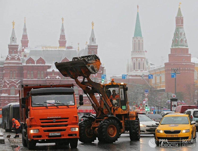 На улицы столицы вышло около 10 тысяч единиц специализированной снегоуборочной техники.