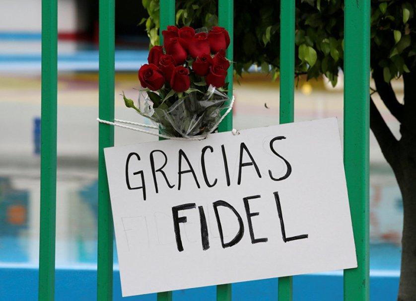 """""""Спасибо, Фидель"""". Плакаты с такими словами оставляют у кубинского посольства жители Мехико."""