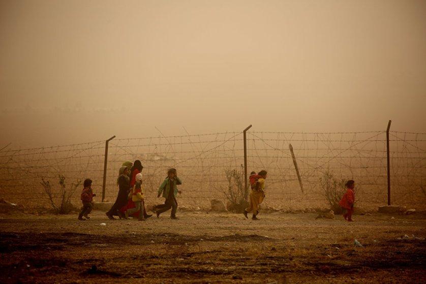 """Песчаная буря во временном лагере для беженцев в деревне Айн-Исса, в 50 км к северу от """"столицы"""" ИГ Ракки."""