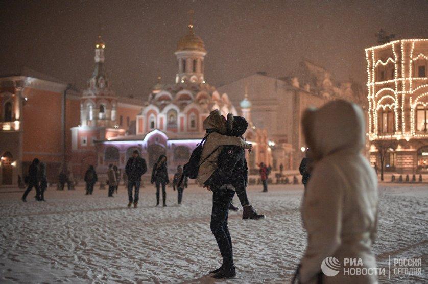На Красной площади в Москве во время снегопада.
