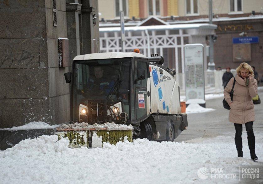 По словам заместителя мэра столицы по вопросам ЖКХ и благоустройства Петра Бирюкова, к утру в городе выпало уже до 17 сантиметров снега.