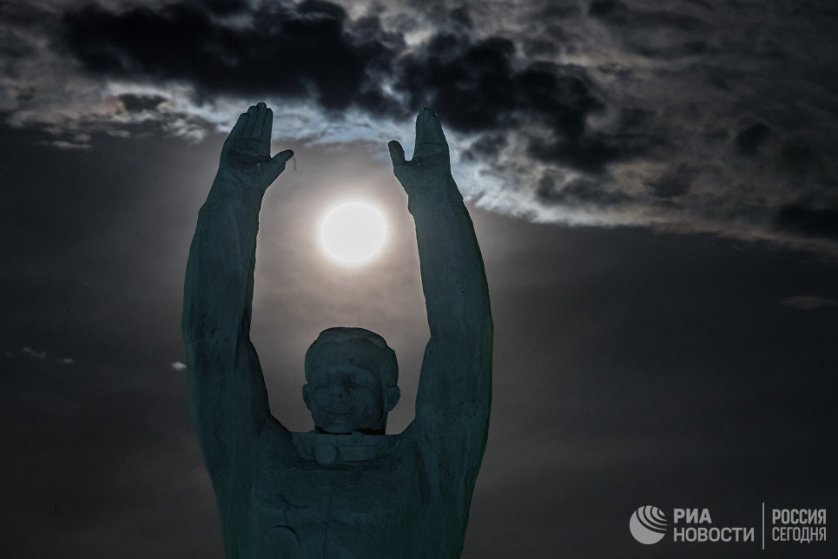 Луна на фоне памятника Юрию Гагарину в Байконуре.