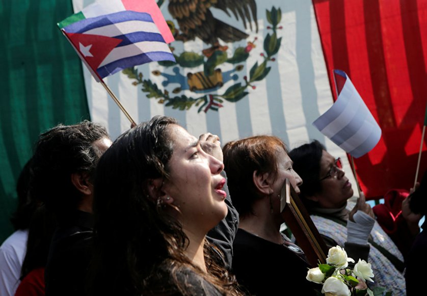"""""""Мы в какой-то мере все были готовы к такой новости, народ Кубы не социалистический, не капиталистический, он – фиделистический"""", — говорят пришедшие к посольству Кубы в Мехико."""