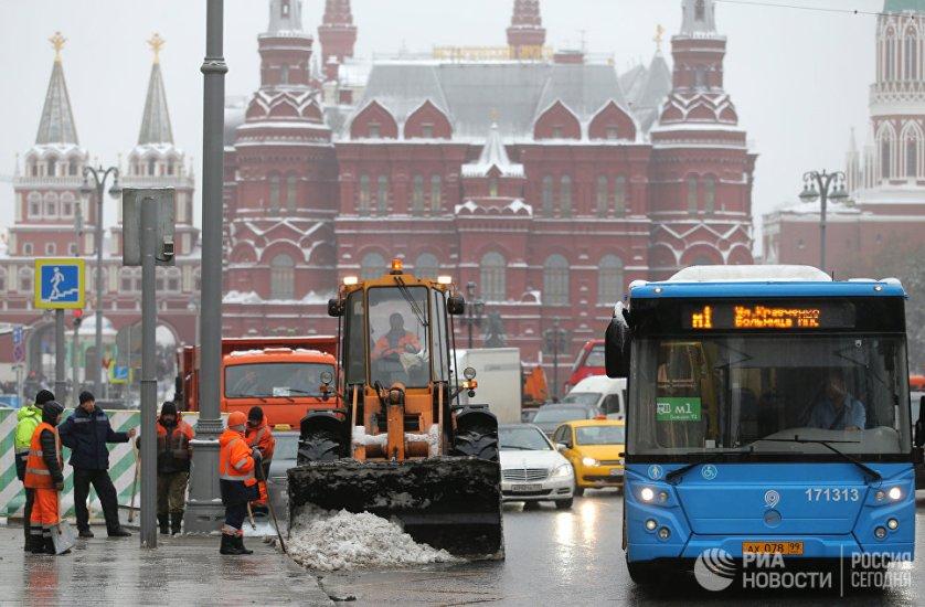 Заместитель мэра обратился к автомобилистам с просьбой соблюдать ПДД и скоростной режим, не мешать проходам снегоуборочной техники, а пешеходов — соблюдать осторожность.