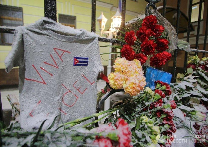 Жители Москвы целый день в субботу несли цветы к посольству Кубы на Большой Ордынке в знак выражения соболезнований в связи с кончиной символа целой эпохи Фиделя Кастро.