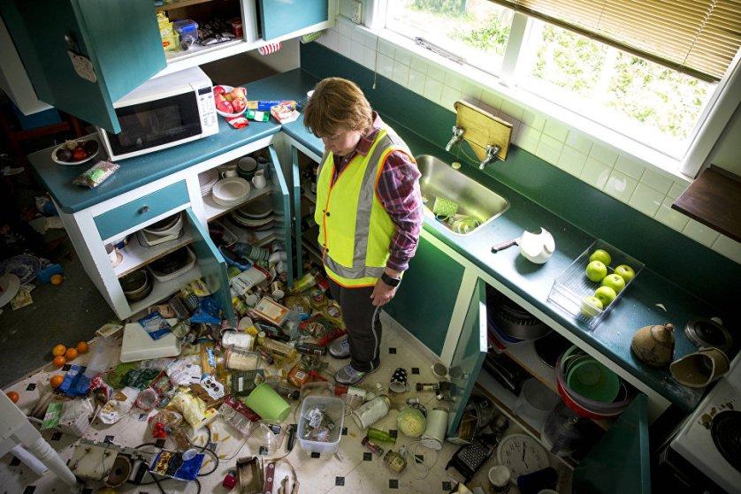 Пострадавшая от землетрясения на своей кухне.
