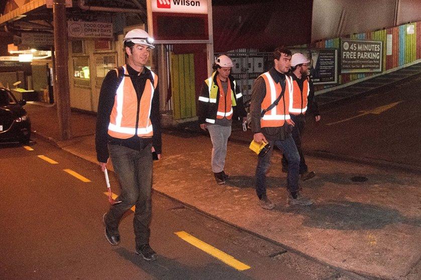 По информации СМИ, в результате землетрясения в воскресенье погибли два человека. На фото: инженеры города Веллингтон осматривают здания после землетрясения.