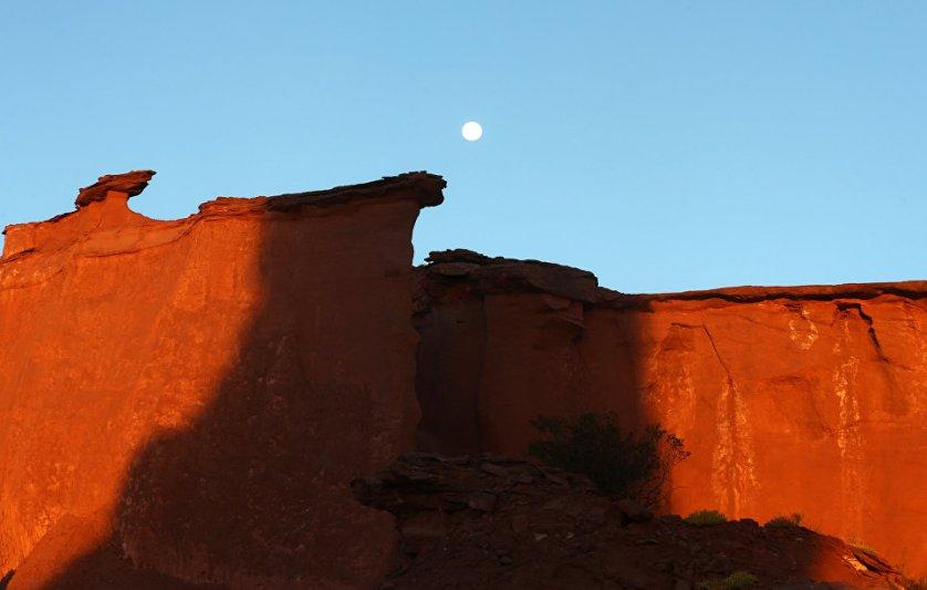 Луна поднимается над национальным парком Талампая в провинции Ла-Риоха, Аргентина.
