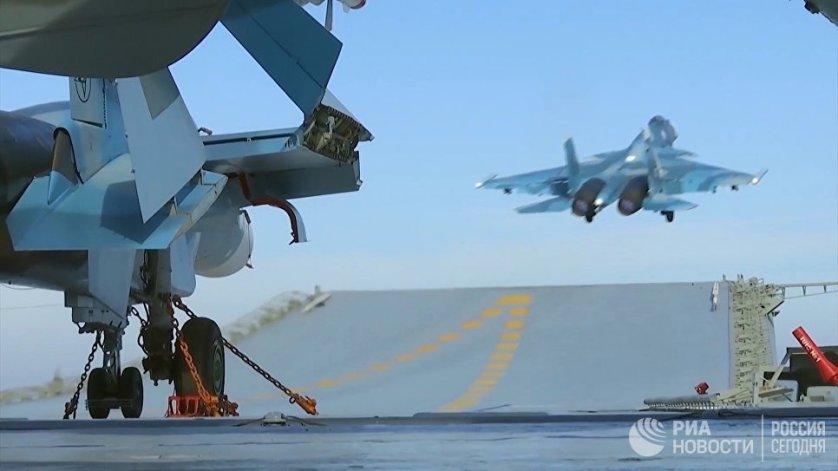 """Российские корабли приняли участие в боевых действиях в Сирии. Видео с вылетами самолетов с авианосца """"Адмирал Кузнецов"""" и подготовкой фрегата """"Адмирал Григорович"""" к пуску крылатых ракет опубликовало Минобороны."""