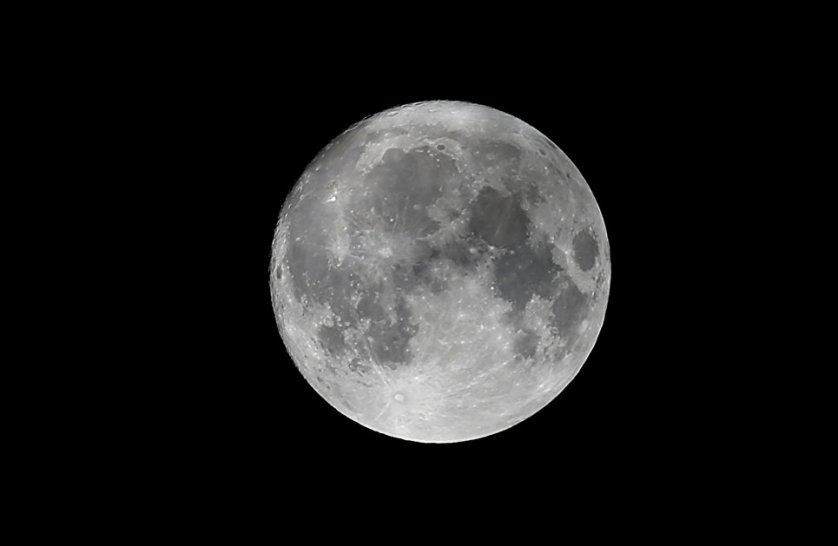 Луна на небе за день до суперлуния в Вене, Австрия.