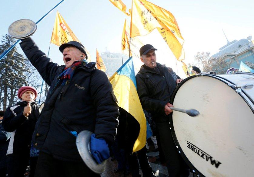В Киеве во вторник проходили акции протеста. Митингующие у здания Нацбанка выступали за отставку его главы Валерии Гонтаревой, участники акции у Рады требовали вернуть им вклады из обанкротившихся банков.