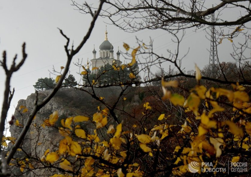 Высоко над Форосом на Красной скале стоит церковь Воскресения. Она была построена в 1892 году по проекту академика Чагина, на деньги чайного магната Кузнецова в память о чудесном спасении царской семьи во время крушения поезда в 1888 году.