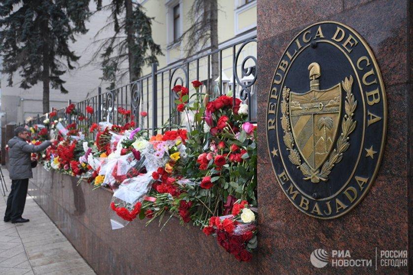 Посольство Кубы в Москве открыло книгу соболезнований.