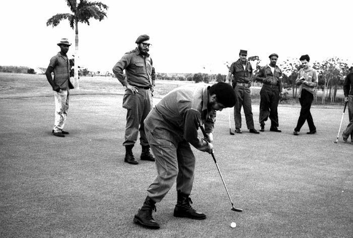 Фидель Кастро наблюдает за тем, как аргентинский революционер, кубинский государственный деятель Эрнесто Че Гевара играет в гольф