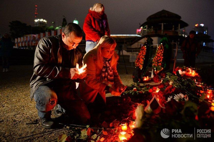 Жители Сочи накануне вечером принесли цветы к Южному молу морского порта и зажгли свечи в память о погибших при крушении самолета Ту-154 в акватории Черного моря.
