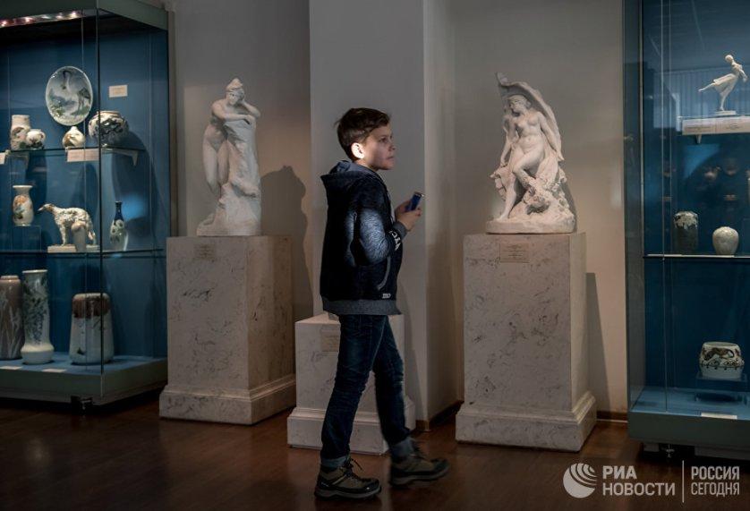 В музее Императорского фарфорового завода представлены изделия из фарфора и стекла императорских заводов, а также вещи советского периода.