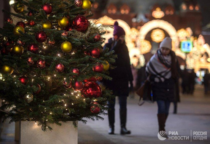 """Новогодние елки в столице в этом году сделали """"домашними"""", словно шагнувшими из квартир на улицы города."""