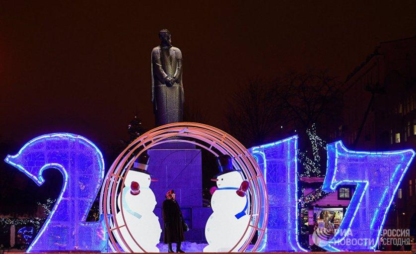 """К Новому году на улицах Москвы разместили более двух тысяч праздничных плакатов и инсталляций с числом """"2017""""."""