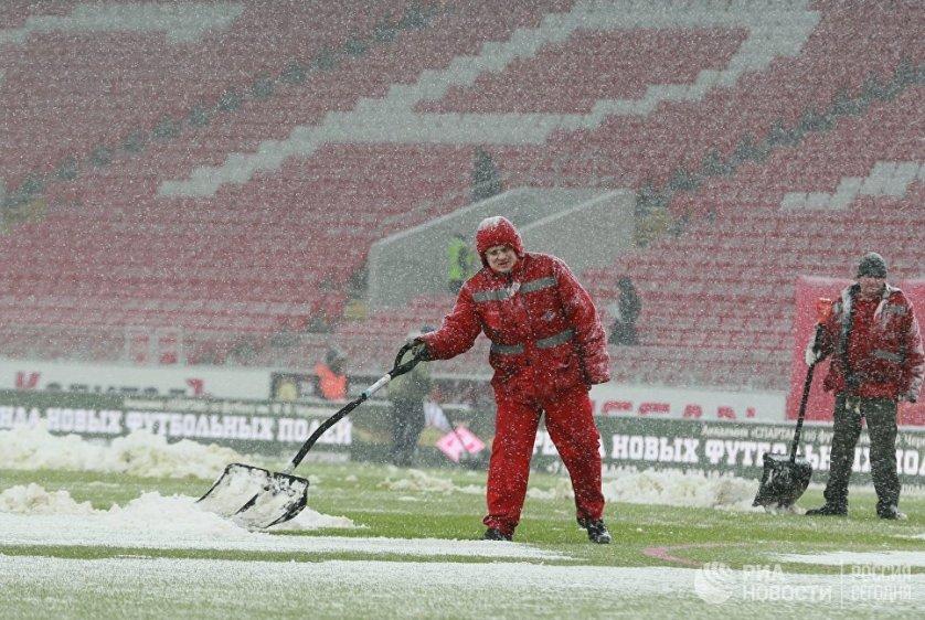 """По данным городских властей, за сутки в разных районах Москвы выпало от 9 до 11 миллиметров снега. На фото: уборка снега на стадионе """"Открытие Арена""""."""